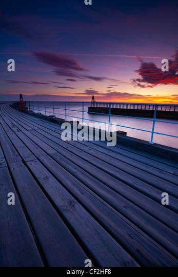 Der Eingang Pfeiler des Whitby Hafen bei Sonnenaufgang. Stockbild