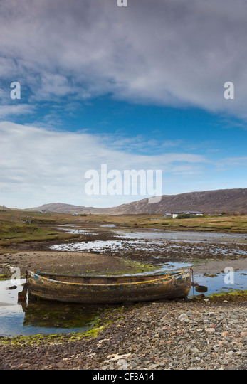 Eine alte verlassene Ruderboot im seichten Wasser; Shetland-Schottland Stockbild