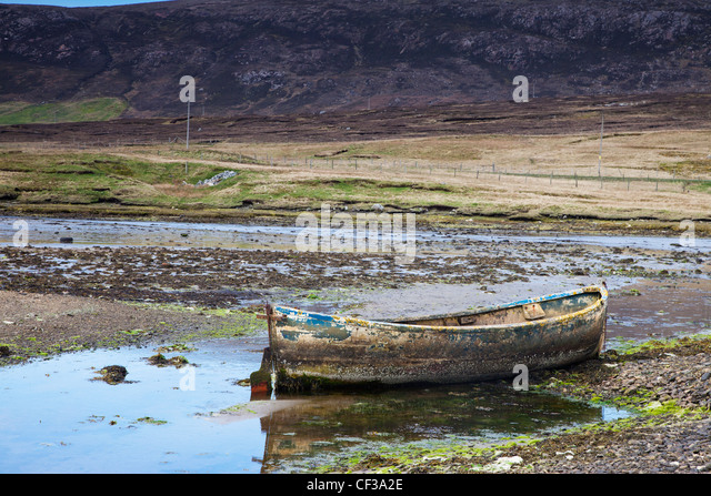 Eine alte verlassene Ruderboot im flachen Wasser; Shetland-Schottland Stockbild