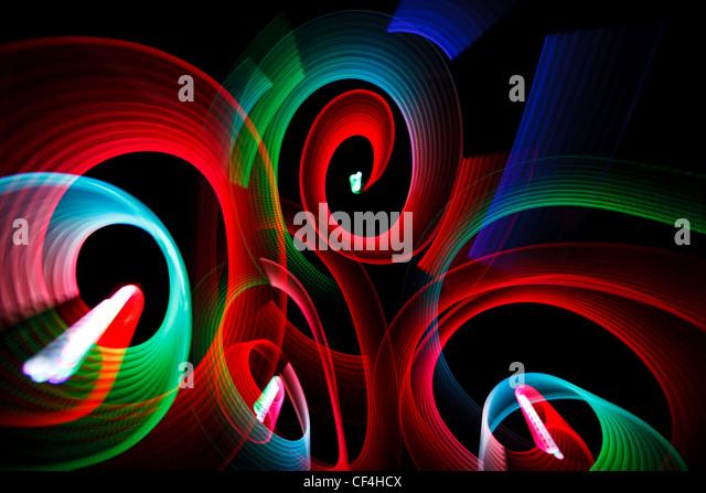 Abstrakte leuchtende Muster in Form von Spiralen auf schwarzem Hintergrund. Stockbild