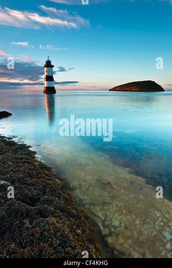 Penmon Leuchtturm und Puffin Island an Penmon Punkt auf der Isle of Anglesey. Stockbild
