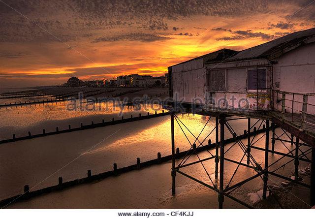 Bognor Regis Pier in heruntergekommenen Zustand mit schönen Sonnenuntergang und leuchtenden Farben. Stockbild
