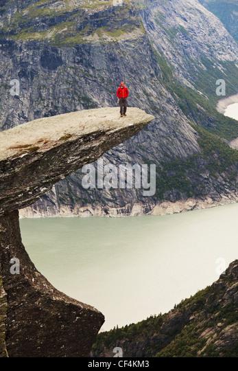 Wandern Sie in Norwegen Bergen Trolltunga Klippe in der Nähe von Odda Stockbild