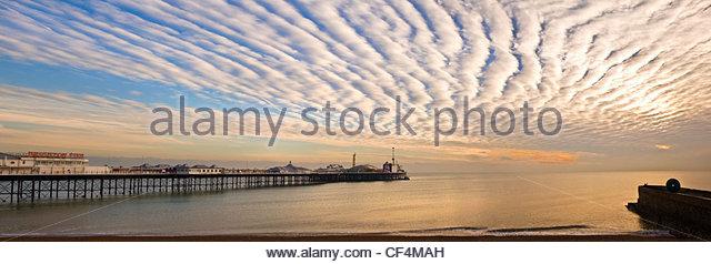 Einen atemberaubenden Wolkenformationen auf Brighton Pier bei Sonnenuntergang. Stockbild