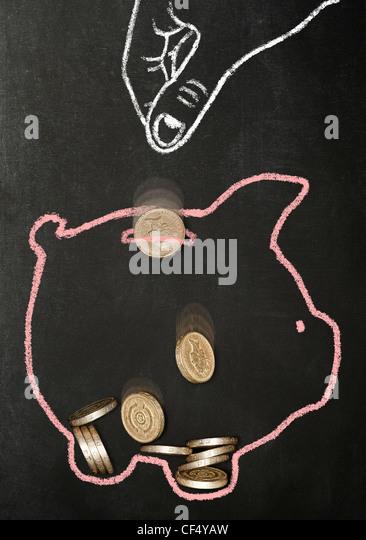 Kreide gezeichneten Hand fallen echte Pfund-Münzen in ein Sparschwein Kreide gezeichnet Stockbild