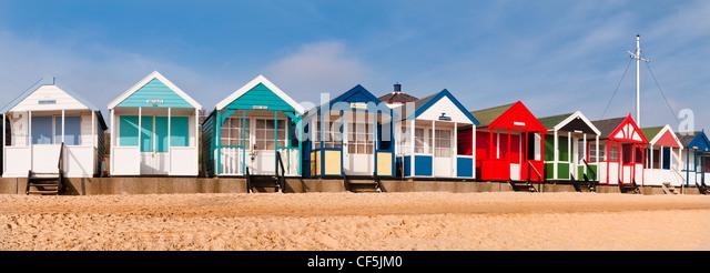 Bunte Strandhäuschen entlang der Strandpromenade in Southwold. Stockbild