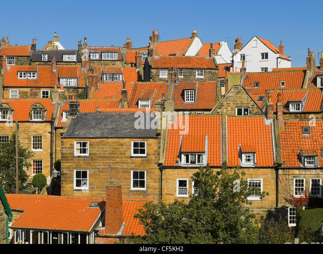Dächer von Häusern in Robin Hoods Bay, der belebtesten Schmuggel-Gemeinschaft an der Küste von Yorkshire Stockbild