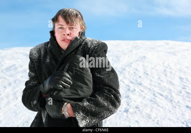 Junger Mann wird auf hip Slip-Case und Kopf vor Frost im Kragen versteckt Stockbild