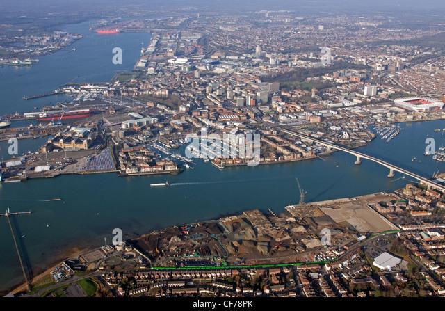 Luftaufnahme von Southampton über Fluss Itchen und mit dem Fluss-Test Stockbild