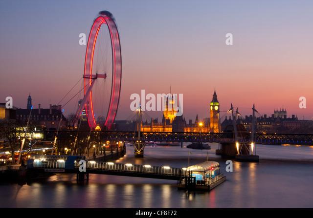 Big Ben Clock Tower der Häuser des Parlaments und Millennium Wheel oder London Eye in der Dämmerung London Stockbild