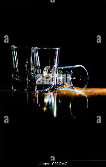 drei Gläser an der Bar in einem Strahl des Lichts Stockbild