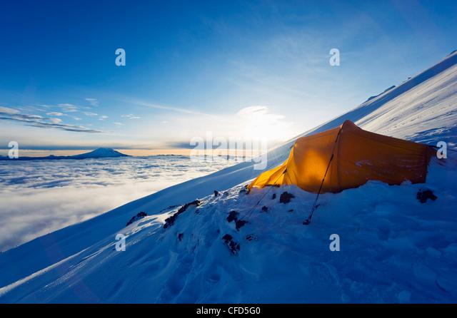 Zelt am Vulkan Cotopaxi, 5897m, der höchste aktive Vulkan der Welt, Ecuador, Südamerika Stockbild
