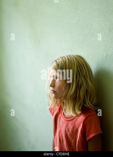eine Mädchen wirft lehnt sich gegen die Wand nach oben an die Decke Stockbild