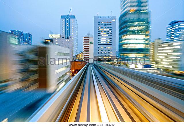 POV verschwommen Bewegung von Tokio Gebäuden aus einem fahrenden Zug, Tokyo, Honshu, Japan, Asien Stockbild