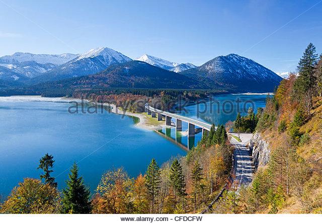 Straßenbrücke über den See Sylvensteinspeicher, mit Bergen im Hintergrund, Bayern, Deutschland, Europa Stockbild