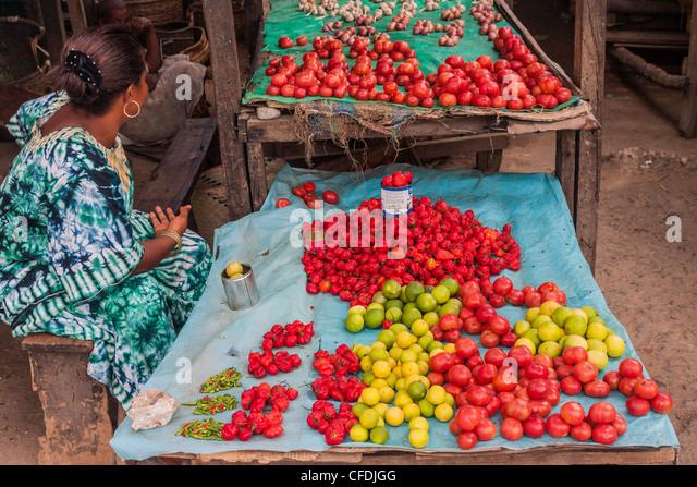 Gemüsehändler auf dem Markt von Ambilobe, Norden von Madagaskar Stockbild