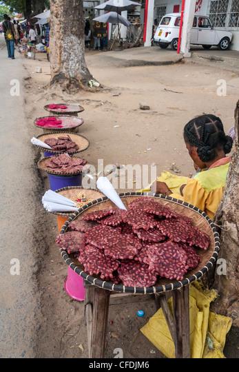 Frau verkaufen Erdnüsse auf dem Markt von Ambilobe, Norden von Madagaskar Stockbild