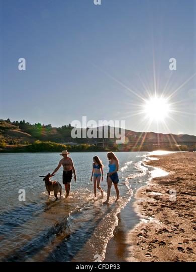 Familie Hund genießen Sie schöne Tag Thompson river Stockbild