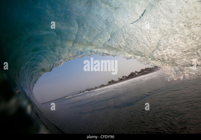 Eine riesige Welle Fässer in der notorisch schwer Strand Pause von Pasquales, Mexiko Stockbild
