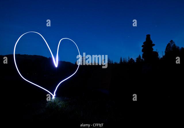 Ein Licht Malerei eines Herzens bei Sonnenuntergang in Idaho. Stockbild
