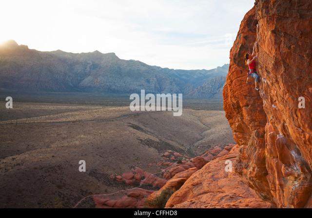 Ein Kletterer in Calico Hills, Red Rock Canyon National Conservation Area, Nevada, USA. Stockbild