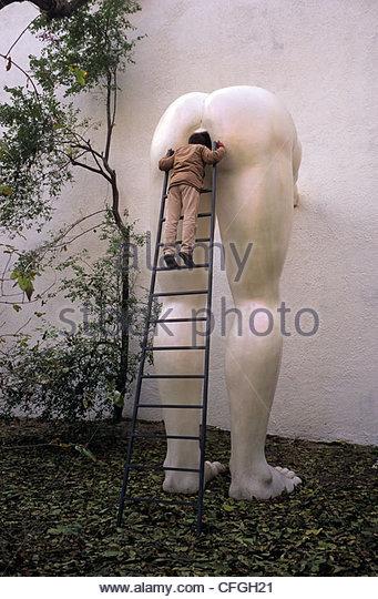 Ein Besucher in der Futura-Galerie, Galerie für zeitgenössische Kunst. Stockbild