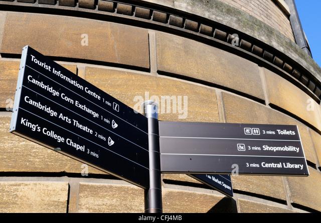 Wegweiser zu touristischen Attraktionen und Einrichtungen, Cambridge, England, UK Stockbild
