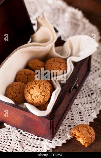 Amaretti, traditionellen italienischen Cookies aus Mandeln hergestellt Stockbild