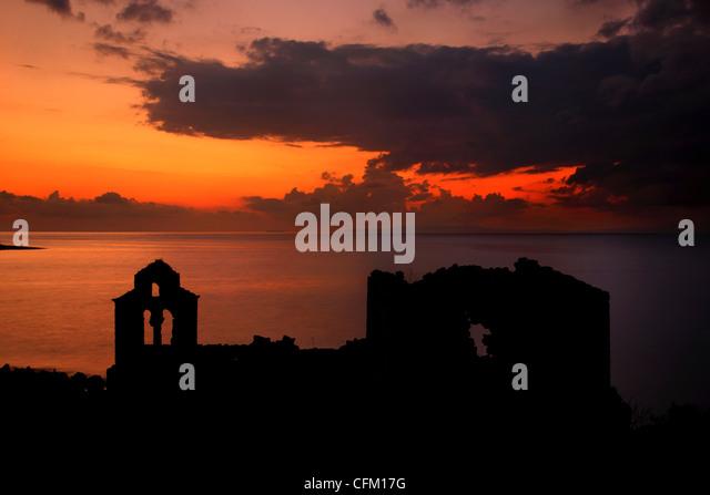 Sonnenuntergang auf dem verlassenen Kloster Panagia Vretti, Limeni Dorf, Lakonien, Mani, Peloponnes, Griechenland Stockbild