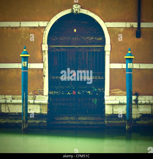 Wassereingang zu einem alten venezianischen Haus in Venedig, Italien Stockbild