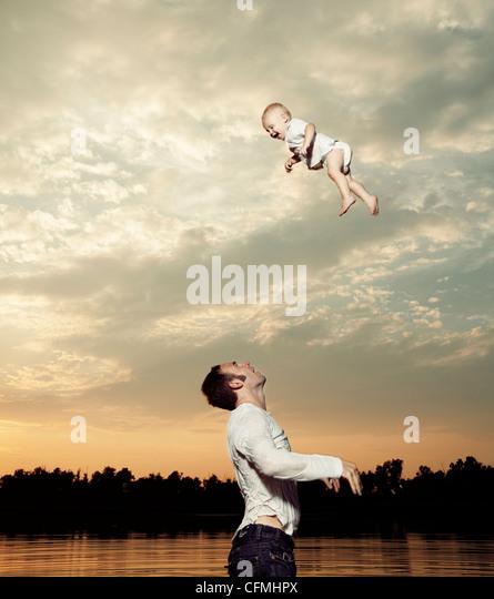 USA, Texas, Texarkana, Vater schaukelnden Baby Sohn sich in Luft Stockbild