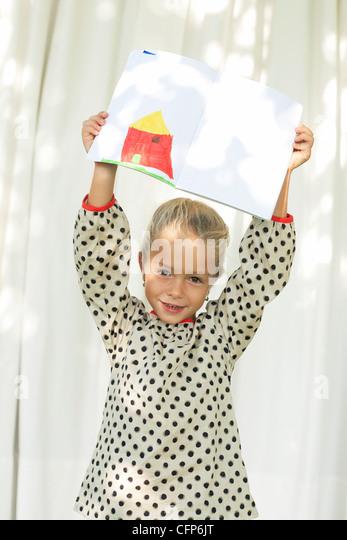 Kleine Mädchen zeigen Zeichnung, Porträt Stockbild