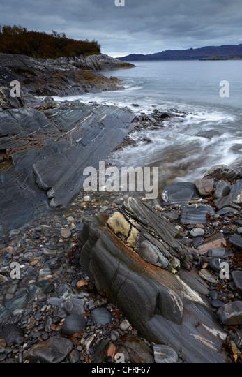 Blick auf den Sound von Arisaig aus der Bucht in der Nähe von Glenuig, Argyll, Schottland, Vereinigtes Königreich, Stockbild