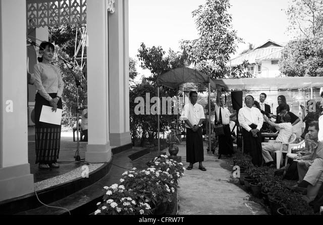 Aung San Suu Kyi auf einer Pressekonferenz in ihrem Haus in Rangun Stockbild