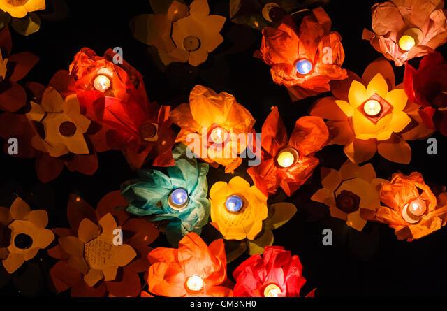 Lotusblumen aus Papier mit Kerzen schweben auf einem Fluss in der Nacht, markieren Sie das chinesische Mondfest Stockbild