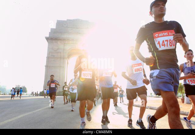 Sept. 30, Teilnahme 2012 - Neu-Delhi, Indien - Delhi-Bewohner in Neu-Delhi-Halbmarathon als sie laufen durch das Stockbild