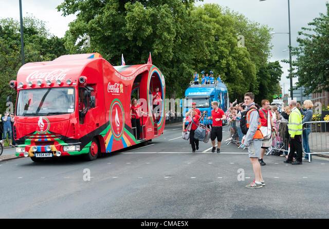 Die Olympische Fackel kommt nach Kings Lynn Norfolk 4. Juli 2012. Coca-Cola und Samsung sponsor Fahrzeuge befahren Stockbild