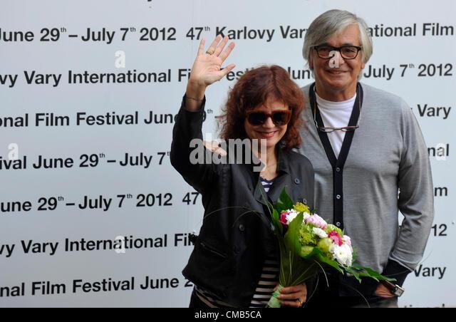 US-Schauspielerin Susan Sarandon und KVIFF Präsident Jiri Bartoska posieren für Fotografen, wie sie auf Stockbild