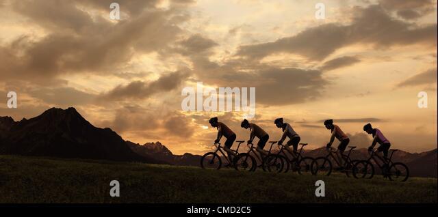 08.11.2011. Deutschland. Modell veröffentlicht Bild der Radfahrer in den Sonnenuntergang reiten. Stockbild