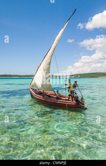 Traditionelles Fischerboot im smaragdgrünen Meer von Antsiranana (Diego Suarez), nördlich von Madagaskar Stockbild
