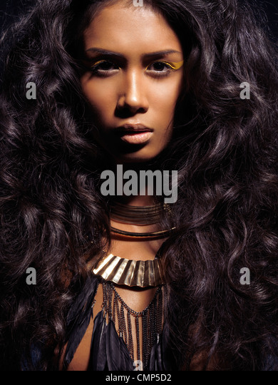 Dramatischer Schönheit Porträt einer jungen Frau mit langen dunklen Haaren tragen von Schmuck Stockbild