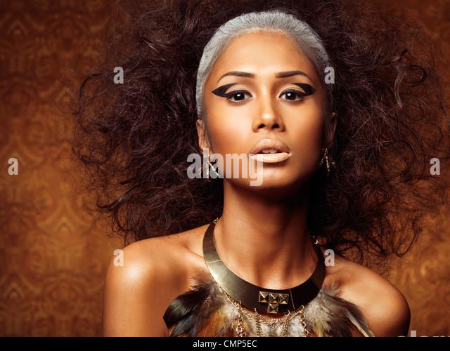 Exotische Schönheit Porträt einer jungen Frau mit Vogel Theamed Styling und Zubehör Stockbild
