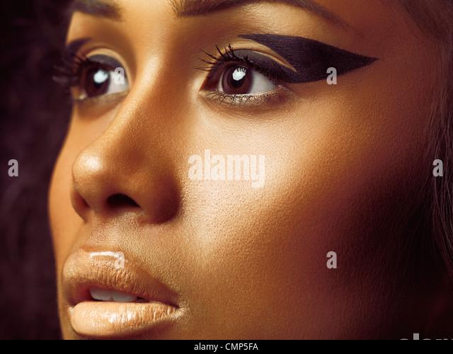 Exotische Closeup Schönheit Porträt einer jungen Frau Gesicht mit goldenen Haut und künstlerischen Stockbild