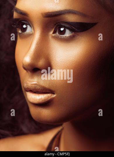Exotische Closeup Beauty Portrait von eine junge schöne Frau Gesicht mit goldenen Haut und künstlerischen Stockbild