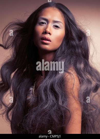 Ethnische Schönheit Porträt einer jungen Frau mit schöne lange gewellte dunkles Haar Stockbild