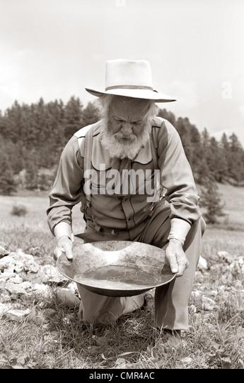 1950ER JAHREN MÄNNLICHE PROSPECTOR GOLDWASCHEN Stockbild