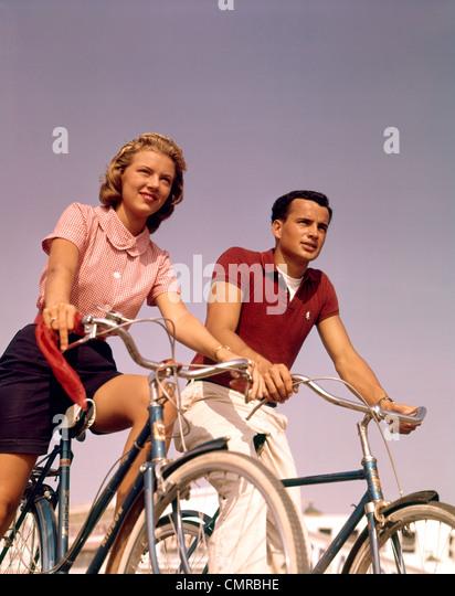1950s 1960s paar Mann Frau Fahrrad im freien Stockbild
