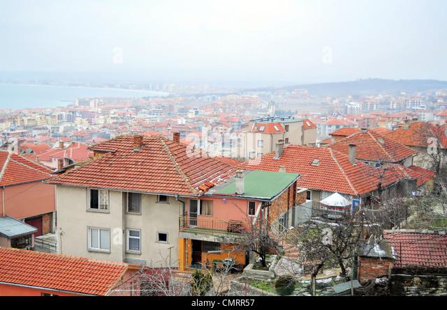 Blick von der Dachterrasse der kleinen Küstenstadt in einem nebligen Tag Stockbild