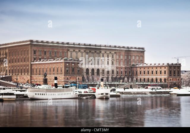 Schöne Aussicht auf Stockholm Königspalast und Schiff gegen klarer Himmel Stockbild