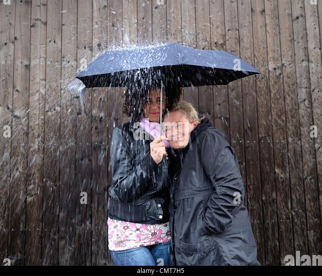 Zwei Frauen unter einem Dach Stockbild